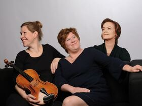 Bild: FREUNDSCHAFT: Lena Eckels, Sophie Harmsen, Simone Wolff