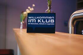 Bild: Willkommen im Klub - Die Kirche muss im Dorf bleiben
