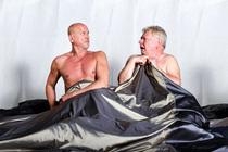 Zwei Männer ganz nackt - Komödie von Sébastien Thiéry