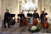 Bild: OKTOBASS - das Kontrabassensemble der Musikhochschule Stuttgart & Prof. Weber