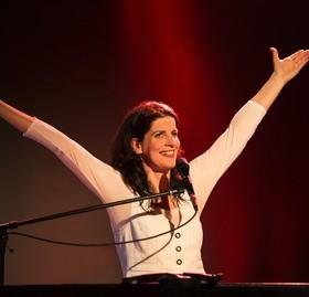 Bild: Frau Höpker - ... bittet zum Gesang. Das Mitsingkonzert!