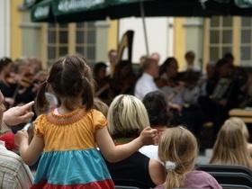 Bild: Kinderkonzert im Innenhof