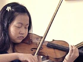 Bild: Elizabeth Aoki, Violine und Ioana Ilie, Klavier spielen Werke von Paganini und Mozart.