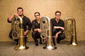 "Bild: Trio 21Meter60: Mit dreimal Tuba ""Around the World"""