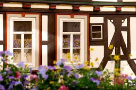 Bild: Wappen, Hauszeichen und Inschriften an Wetzlarer Häusern