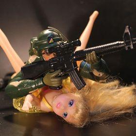 "Bild: Ariel Doron: ""Plastic Heroes"""