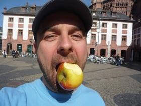 Bild: Abenteuer-Reportage mit Michael Wigge (live) - Im Tauschrausch um die Welt - Vom Apfel zum Traumhaus