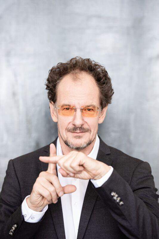 Chin Meyer: Leben im Plus - Kabarett, Geld und mehr - Online-Veranstaltung
