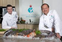 Traditionelle Kochshow - mit einem kalt-warmen Fischbuffet im Anschluss.