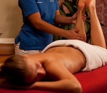 Bild: Radlermassage mit Aromaöl (Rücken und Beine)