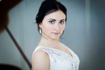 klaviersolo -Grunelius-Konzerte - Building Bridges – Andràs Schiff präsentiert junge Pianisten. Konzert mit Dinara Klinton