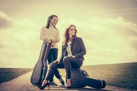 Bild: Suzan Baker und Dennis Lüddicke - 2 Stimmen und 2 Gitarren