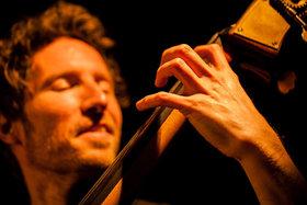 Bild: Jazz & Film: Jaspar Libuda - Solo Kontrabass & Film: The Party - Jazzclub: Jazz & Film