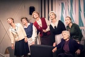 Bild: 8 Frauen - Tribüne