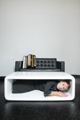 Bild: LA SIGNORA: CARMELA DE FEO - Die Schablone, in der ich wohne