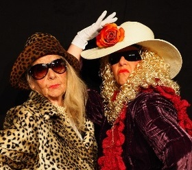 Bild: Zwei Witwen bei Lets dänz