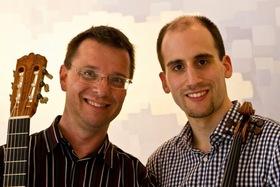 """Bild: """"Musik im Café"""" - mit Thomas Hofer, Gitarre und Daniel Dangendorf, Violine"""