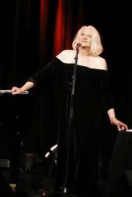Georgette Dee, begleitet am Flügel von Terry Truck - Wo man singt, da lass dich ruhig nieder...