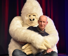 """Bild: Benjamin Tomkins: Der Puppenflüsterer """"King Kong und die weiße Barbie"""""""