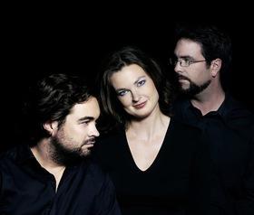 Bild: ATOS Trio - Annette von Hehn (Violine), Thomas Hoppe (Klavier) und Stefan Heinemeyer (Violoncello)