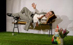 Bild: Barfuß Nackt Herz in der Hand - Welt-Theater