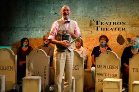 Bild: TEATRON THEATER - Treffpunkt Friedhof. Ein Spiel. (Premiere) - Ein Theaterprojekt mit Senior*innen über die letzten Fragen des Lebens.