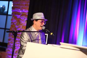 Bild: Große Ü40-Party - mit Elton-John-Double-Show