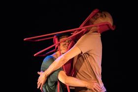 Bild: Liebe üben - Dokumentarisches Tanztheater für Menschen ab 10 Jahren