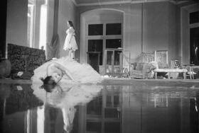 Bild: Er nimmt sie an der Hand und führt sie in das Schloß, die anderen folgen - Tanztheater Wuppertal Pina Bausch