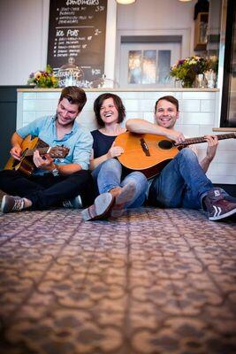 Bild: Lucky Strings - Akustikband mit Tatjana Roser, Benjamin Griesch und Niklas Hanke