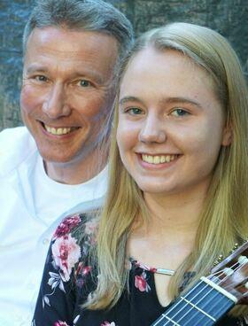 Bild: Leonora Spangenberger (Gitarre) & Michael Roman (Gesang)