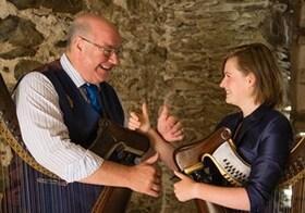 Bild: Robin Huw Bowen - und Meinir Olwen – Welsh triple Harp mal zwei