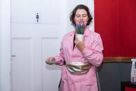 Bild: Einzimmertheater Me Too-Debatte auf der Damentoilette - Esther Zimmering