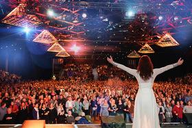 Bild: Frau Höpker bittet zum Gesang - Das Mitsingkonzert