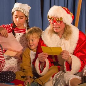 Bild: Musik-Theaterstück für alle zwischen 4 und 104 - Der Tag, an dem die Weihnachtsfrau aus allen Wolken fiel