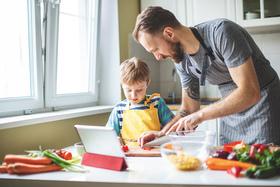 Bild: Kinder kochen mit ihren Eltern