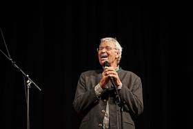 Bild: Gerhard Polt gratuliert zu 60 Jahre Senftöpfchen - Im Abgang nachtragend