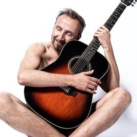 Bild: Helmut Sanftenschneider | Der Gitarrenflüsterer