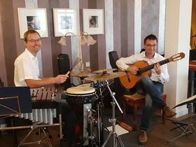 Bild: Musik im Café - mit Thomas Hofer, Gitarre und Christian Hoffe, Percussion