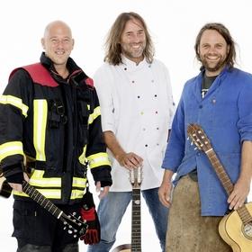 Bild: Drei Männer nur mit Gitarre - Oana muass ja macha!