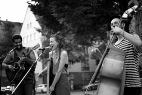 Bild: Sunday Morning Orchestra feat Friends ´n´ Fries - Open Air im Hof der Kofferfabrik - Das kleinste Orchester der Welt tanzt zu lo-fi