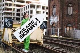 Bild: 1 km² Berlin – Akt I: We are sorry! - Rauminstallation und Videoperformance von Guerilla Architects & Alicia Agustín