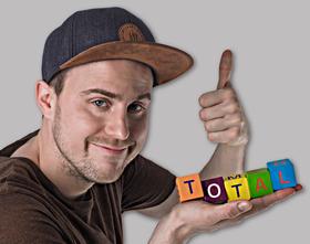 Bild: Sommer-Open-Air-Comedy - Theisen Total - Ein Tollpatsch gibt Vollgas