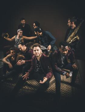 Bild: KulturSommer: Banda Senderos - Die neunköpfige Band bringt mit Dancehall, Reggae und fetten Bläsersätzen »Sonne in die Stadt«