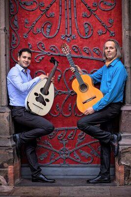 """Bild: Folk im Park: Duo Essenz mit Johannes Treml (Gitarre) und Faleh Khaless (Tunesien/ Oud) """"Orient trifft Okzident"""""""