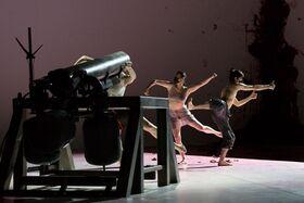 Bild: ECTOPIA - aufgeführt mit SHOOTING INTO THE CORNER (2008-09) von Anish Kapoor.
