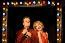 Bild: Ein Ehepaar erzählt einen Witz - Thiele-Neumann-Theater