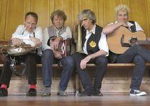 Bild: Stumpfes Zieh & Zupf Kapelle - WeltTour Live 2016 - Skrupellose Hausmusik