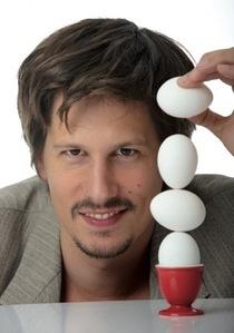 """Bild: Variet� - Ken Bardowicks """"Mann mit Eiern"""""""