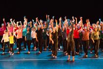Bild: fragments of reflecting lights - Community Dance Projekt - Compagnie Fredewe�